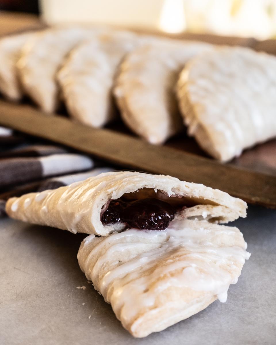 Recette facile de tartes à la main fourrées à la confiture avec une recette de croûte de tarte au beurre.  Série de pâtisseries Mama & Me de Cottage Chronicles!